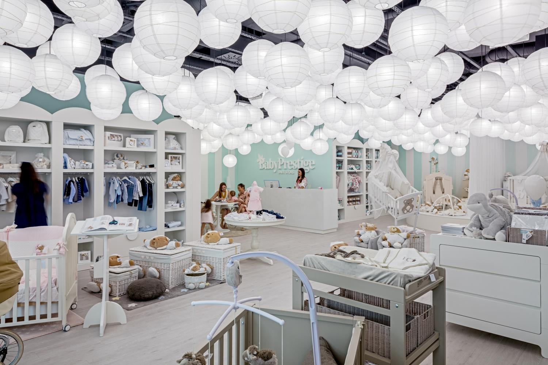 149b7bd9c8 Namiesto stropu sme navrhli svietiace oblaky z bublín. Oblé tvary sme  použili na nábytku aj podlahe. Výsledný návrh obchodu pre deti dobre vyzerá  a plní ...